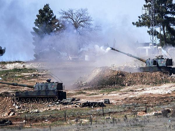 Một khẩu đội pháo được Thổ Nhĩ Kỳ triển khai tại biên giới Syria