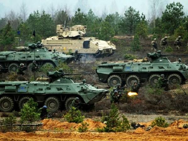 Xe bọc thép của NATO tham gia một cuộc diễn tập quân sự tại Litva