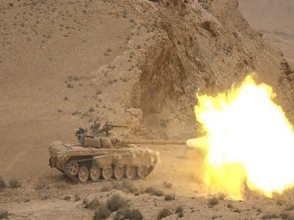 Binh sĩ quân đội Syria nã đạn pháo vào vị trí của phiến quân IS ở Raqqa