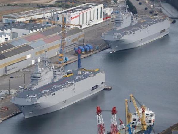 Hai tàu sân bay chở trực thăng Mistral mà Pháp bán cho Ai Cập tại cảng Saint-Nazaire
