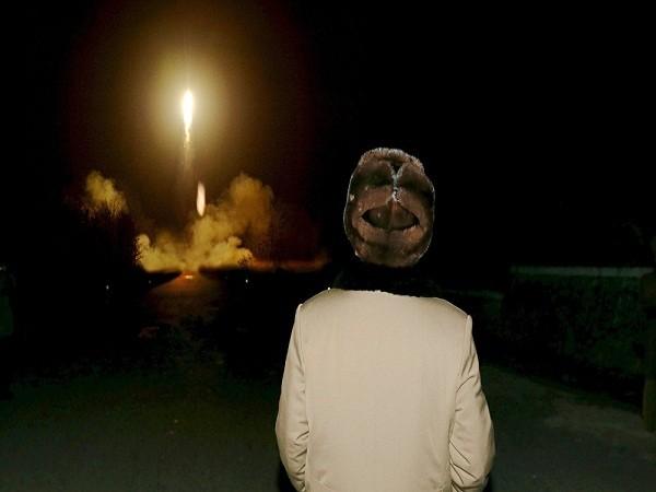 Nhà lãnh đạo Triều Tiên Kim Jong Un quan sát một vụ phóng tên lửa