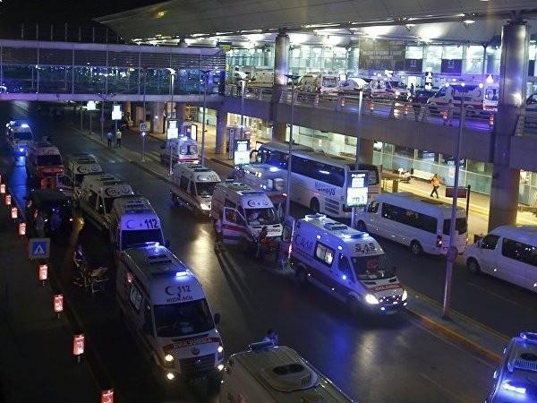 Hàng chục xe cứu thương được điều động đến Ataturk, sân bay quốc tế lớn nhất ở Thổ Nhĩ Kỳ, nơi xảy ra 3 vụ đánh bom liều chết hôm 28-6-2016