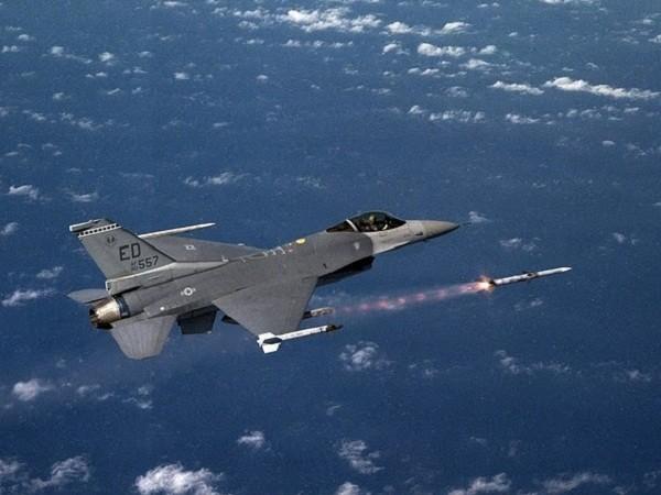 Một chiếc F-16 của không quân Mỹ phóng tên lửa trên bầu trời Libya