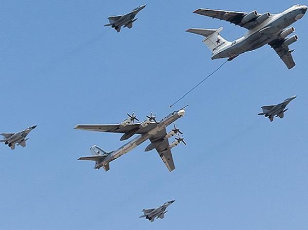 Máy bay Il-78 đang tiếp dầu cho máy bay ném bom chiến lược Tu-95MS