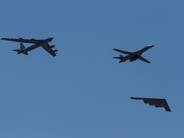 Bộ ba máy bay ném bom chiến lược B-1, B-2, và B-52 của không quân Mỹ