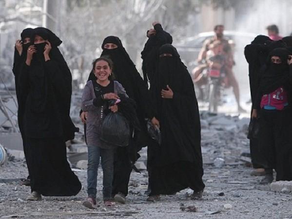 Syria: Hàng nghìn người dân phấn khởi trở về Manbij sau giải phóng ảnh 1