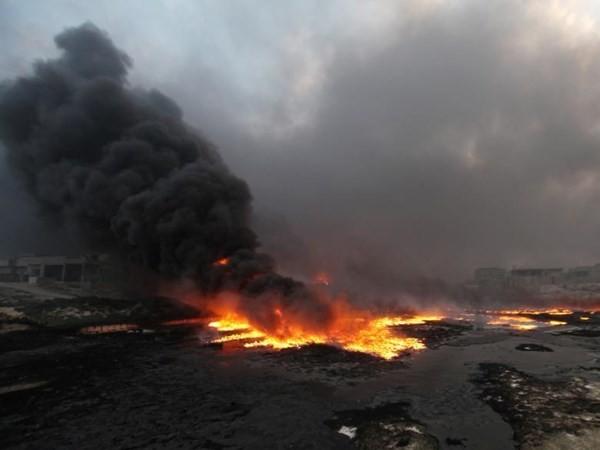 Iraq: Thua trận ở Qayyara, IS điên cuồng đốt cháy các giếng dầu ảnh 1