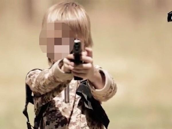 """Cậu bé tóc vàng bị IS ép bắn chết một """"gián điệp"""" ảnh 3"""