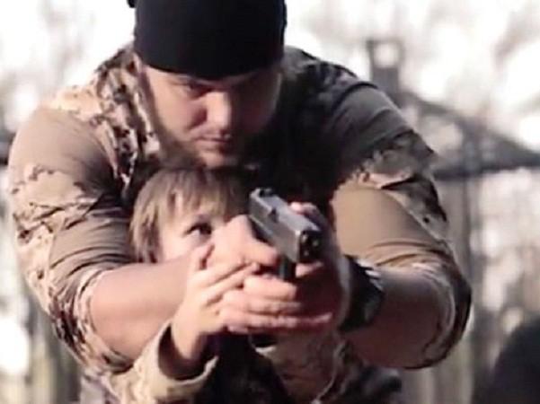 """Cậu bé tóc vàng bị IS ép bắn chết một """"gián điệp"""" ảnh 1"""