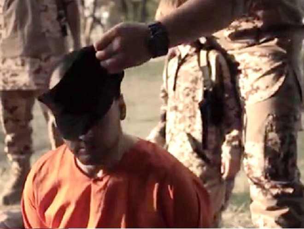 """Cậu bé tóc vàng bị IS ép bắn chết một """"gián điệp"""" ảnh 2"""