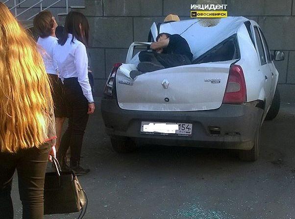 Nóc chiếc xe Renault Logan bẹp dúm đã cứu được tính mạng cậu thiếu niên 16 tuổi