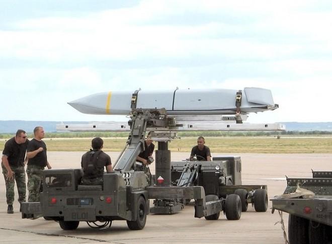 Cận cảnh tên lửa chống hạm phóng từ máy bay AGM-158C LRASM