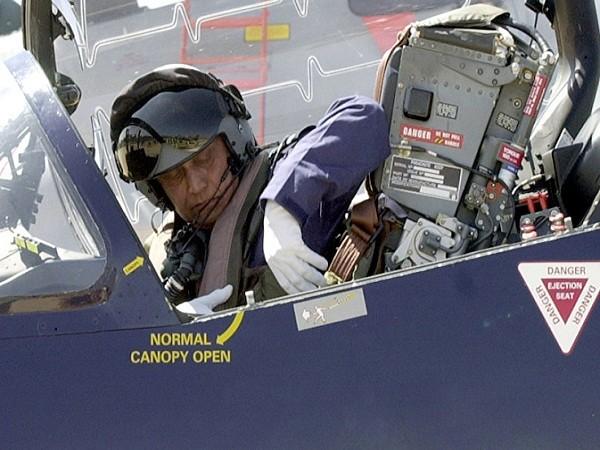 Nguyên soái Shashindra Pal Tyagi trên chiếc máy bay huấn luyện Hawk