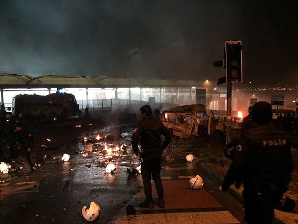 Có thể nhìn thấy rất nhiều mũ cảnh sát nằm rải rác tại hiện trường vụ đánh bom
