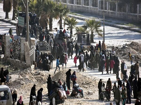 Người dân Syria đến một chốt kiểm soát thuộc quyền kiểm soát của lực lượng chính phủ tại ngã tư phố al-Hawoz, sau khi rời phía đông Aleppo, ngày 10-12-2016