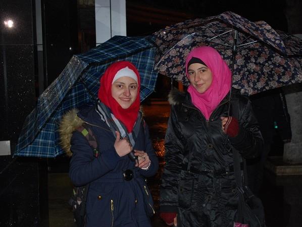 Niềm vui hiện rõ trên khuôn mặt của hai cô gái xinh đẹp sống ở Aleppo