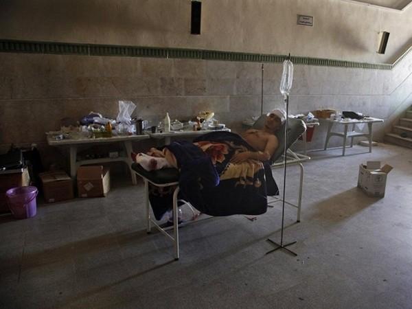 Một người dân Aleppo bị thương và được đưa vào bệnh viện dã chiến Nga để chữa trị