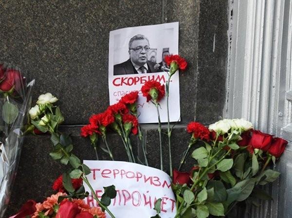 Người dân Moscow đặt hoa gần Bộ Ngoại giao Nga tỏ lòng tiếc thương vô hạn Đại sứ Andrey Karlov