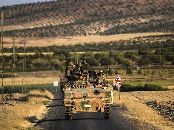 Binh sĩ Thổ Nhĩ Kỳ trên những chiếc xe tăng chuẩn bị tham chiến với phiến quân IS ở biên giới Thổ Nhĩ Kỳ-Syria, ngày 3-9-2016