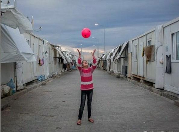 Một bé gái đang chơi đùa tại một trại tị nạn ở Thổ Nhĩ Kỳ