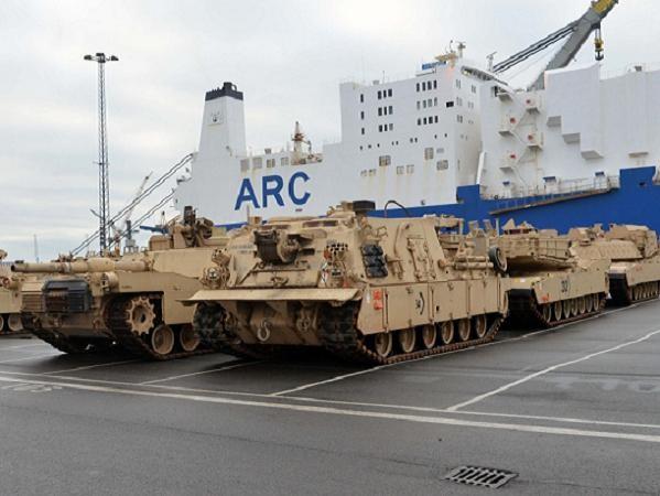 Xe tăng và xe bọc thép Mỹ tập kết tại cảng Bremerhaven của Đức