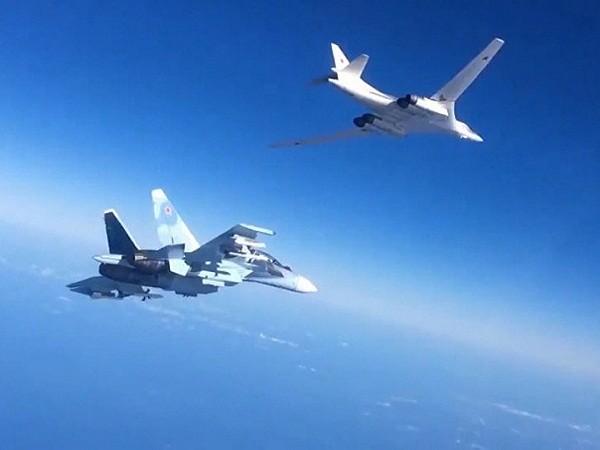 Máy bay chiến đấu Su-30 hộ tống máy bay ném bom Tu-160 của Nga không kích tại Syria