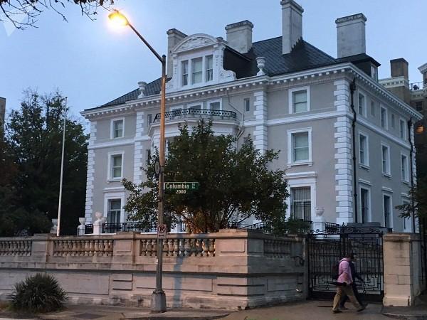 Quốc kỳ Nga đã bị gỡ bỏ khỏi tòa nhà đại diện thương vụ tại Washington