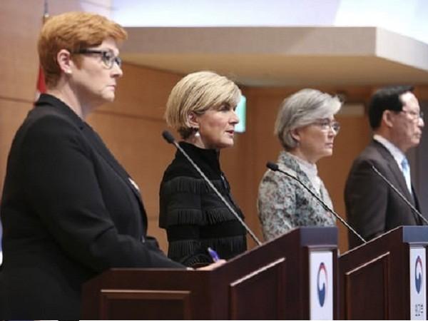 Ngoại trưởng Australia Julie Bishop (thứ hai từ trái sang) trong chuyến thăm Hàn Quốc, ngày 13-10-2017