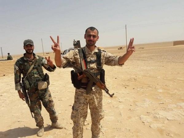 Binh sĩ quân đội Syria mừng chiến thắng sau khi kiểm soát Trạm bơm T-2 trên sa mạc Deir Ezzor