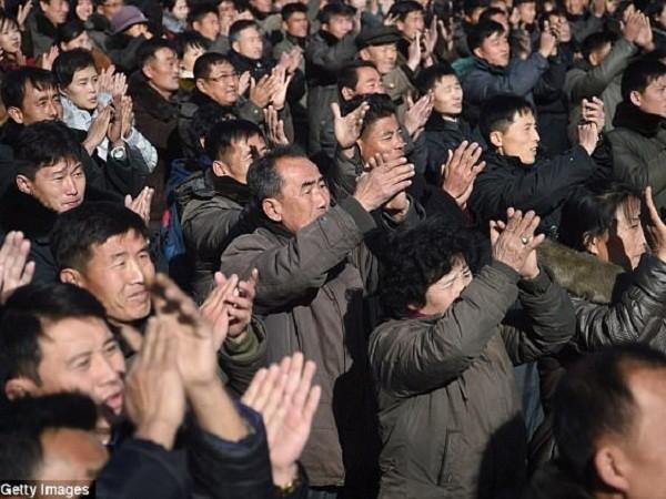Người dân Triều Tiên đổ xô ra đường mừng vụ phóng thành công ICBM ảnh 1
