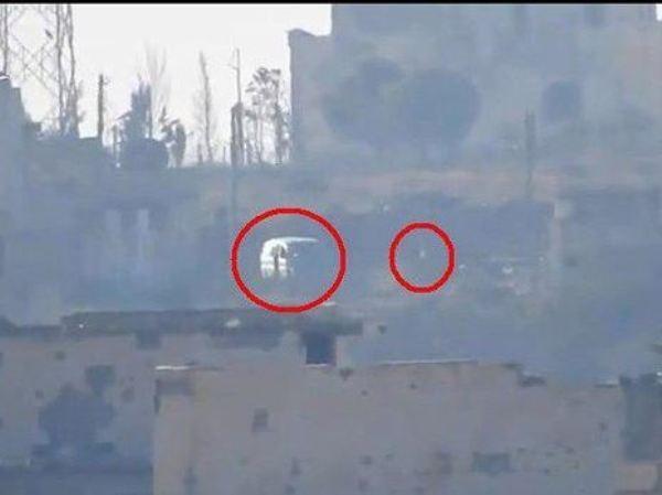 Chiếc xe quân sự của nhóm HTS có chỉ huy chiến trường ngồi trong đó trước khi bị tấn công ở Aleppo