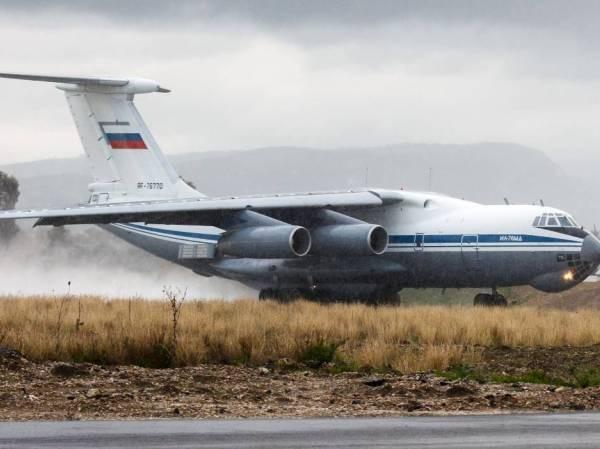 Máy bay Ilyushin cỡ lớn của quân đội Nga đang đáp xuống một sân bay quân sự ở Syria