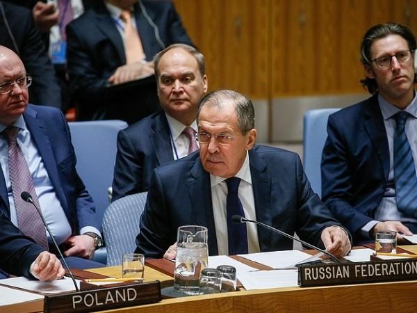 Ngoại trưởng Nga Sergey Lavrov (giữa)