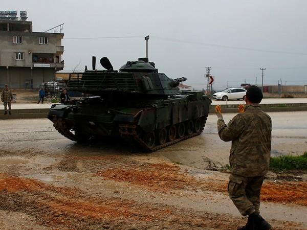 Xe tăng quân đội Thổ Nhĩ Kỳ ở thị trấn Reyhanli
