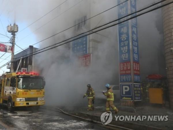 Lực lượng cứu hỏa được điều đến hiện trường để dập tắt đám cháy, ngày 26-1-2018