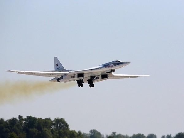Máy bay ném bom chiến lược mới Tupolev Tu-160 của Nga