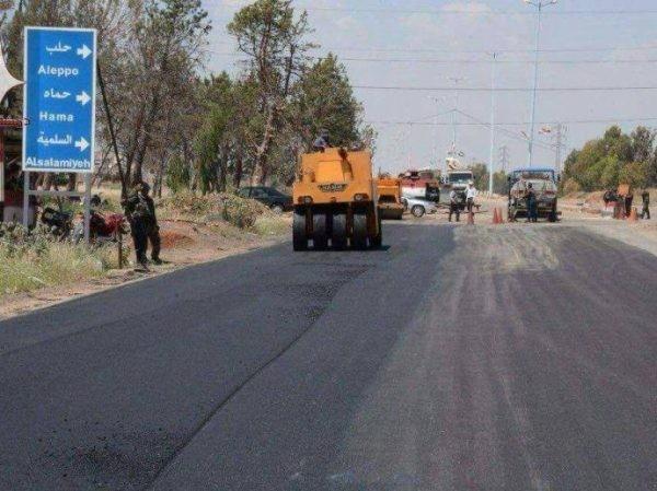 Đội xây dựng đang hoàn tất những công đoạn sửa chữa cuối cùng cho tuyến đường cao tốc Homs-Hama
