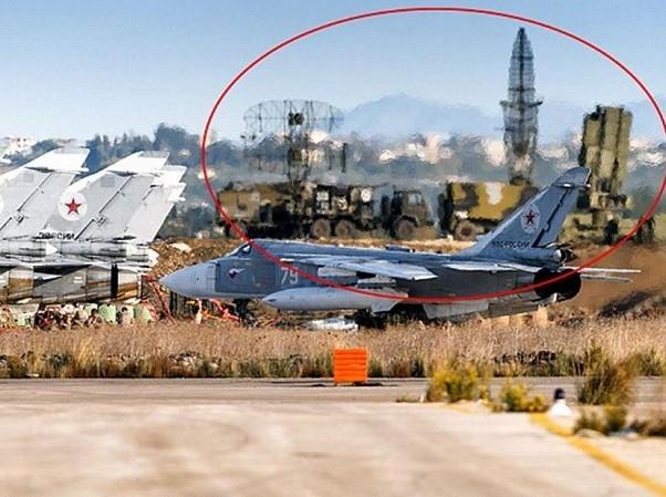 Máy bay chiến đấu Su-24 và hệ thống phòng không S-400 Triump của VKS Nga ở sân bay Hmeymim, thuộc tỉnh Latakia của Syria