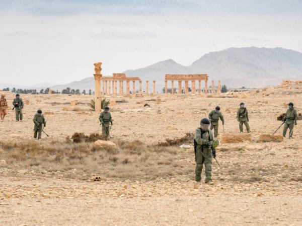 Các công binh Nga rà phá bom mìn sau khi thành phố Palmyra ở Syria được giải phóng