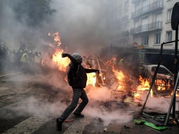Một người biểu tình đụng độ với lực lượng cảnh sát ở Paris