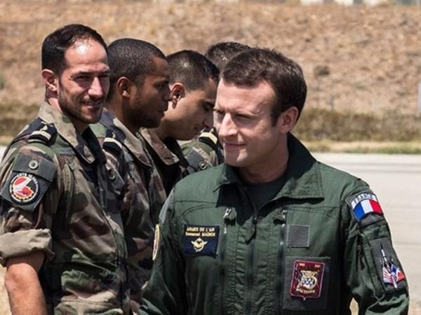 Tổng thống Pháp Emmanuel Macron gặp các quân nhân trong một chuyến thăm căn cứ của họ ở Syria