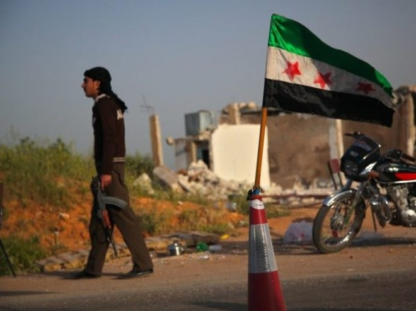 Một tay súng của FSA tham gia vào cuộc biểu tình ở Daraa, ngày 21-12-2018