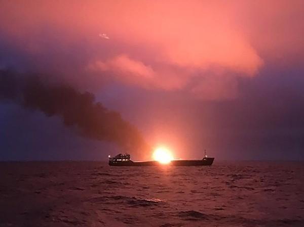 Số người chết trong vụ cháy tàu gần eo biển Kerch tăng lên 14 ảnh 1