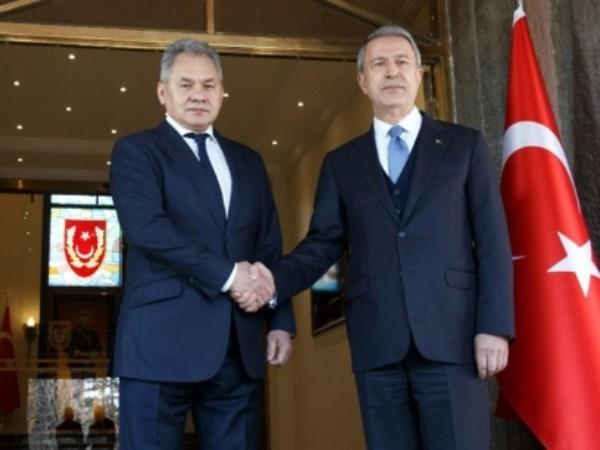 Bộ trưởng Quốc phòng Nga Sergei Shoigu (bên trái) và người đồng cấp Thổ Nhĩ Kỳ Hulusi Akar