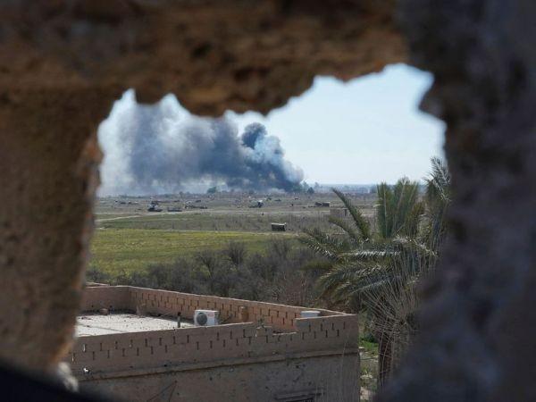 Khói đen bốc cao khi SDF tấn công thành trì cuối cùng của IS ở Baghouz, Syria, ngày 3-3-2019
