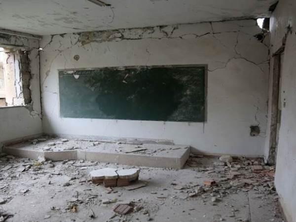 Lớp học của một ngôi trường ở Aleppo bị hư hỏng nặng do phải hứng chịu đạn pháo từ cả hai bên