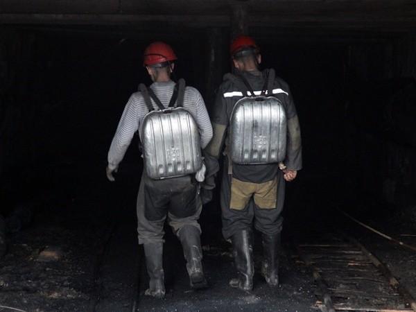 Các thợ mỏ làm việc trong hầm Skhidcarbon