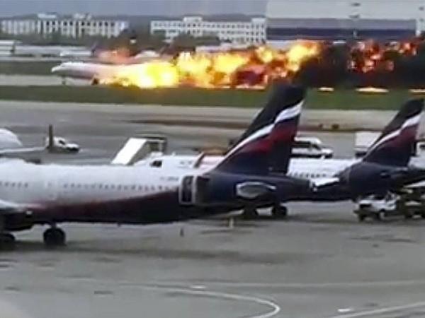 Máy bay chở khách Sukhoi Superjet SSJ-100 bốc cháy dữ dội