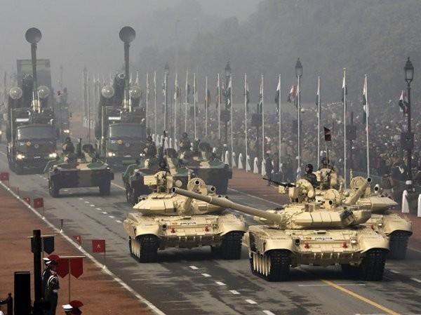 Hai chiếc xe tăng T-90 (dẫn đầu) trong một cuộc diễu binh ở New Delhi, Ấn Độ