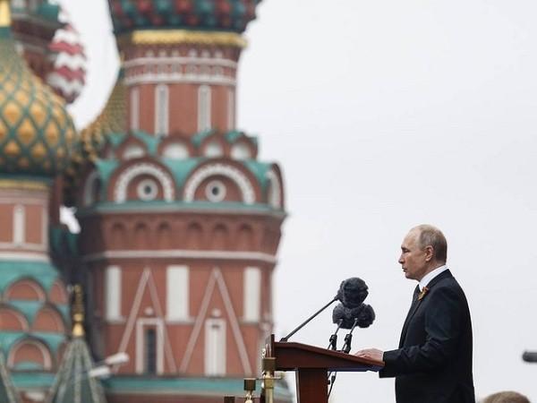 Tổng thống Nga Vladimir Putin phát biểu tại lễ diễu binh trên Quảng trường Đỏ ở Moscow nhân kỉ niệm Ngày Chiến thắng, 9-5-2019
